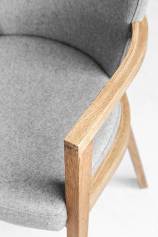 Krzesło B 1807 lava tapicerowane z podłokietnikami kolekcji